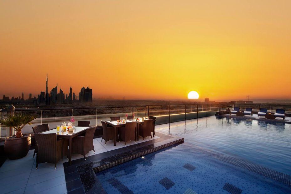 Park Regis - zwembad - zonsondergang - Dubai - foto: Park Regis Kris Kin Hotel