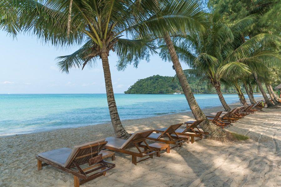 ligbedden op strand - palmbomen - Peter Pan Resort - Koh Kood - Thailand - foto: Peter Pan Resort
