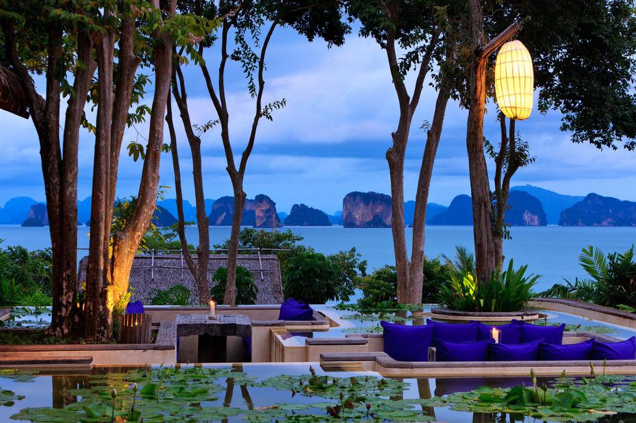 Thailand - Koh Yao Noi - Six Senses Yao Noi - in de avond - schemering - uitzicht op bergen - foto: Six Senses Yao Noi
