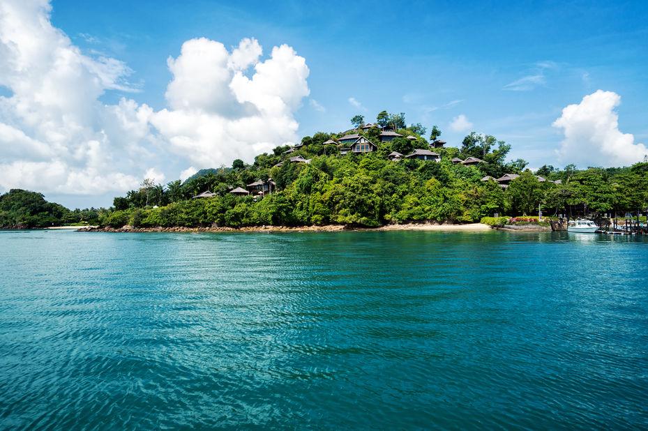Thailand - Koh Yao Noi - Six Senses Yao Noi - uitzicht op resort vanaf zee - foto: Six Senses Yao Noi
