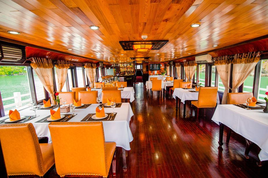 Vietnam - Halong Bay - Bai Tho Junk Boat - restaurant - foto: lokale agent