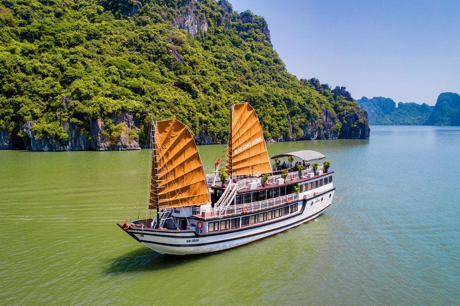 Vietnam - Halong Bay - Bai Tho Junk Boat - schip - foto: lokale agent