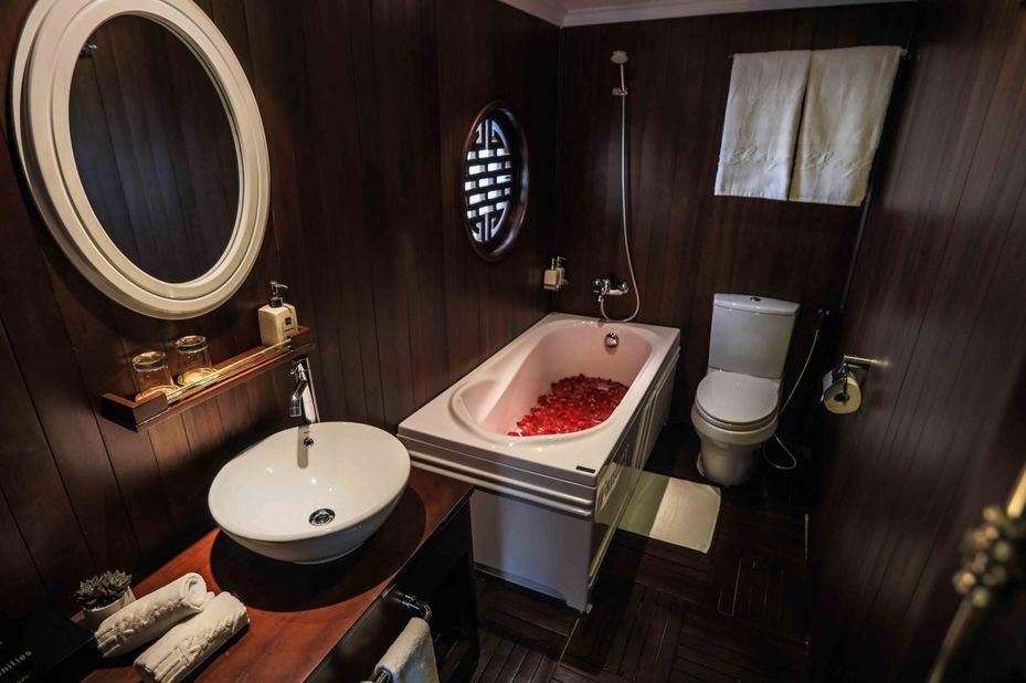 Vietnam - Halong Bay - Bhaya Classic Boat - Terrace Suite - badkamer