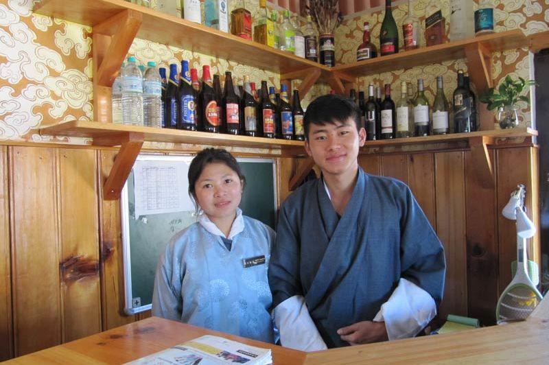 studenten van hotelschool Bongde - Paro - Bhutan - foto: Mieke Arendsen