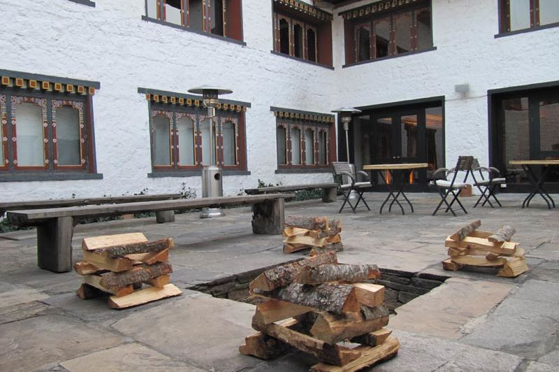 patio van het Uma Paro Hotel - Uma Paro Hotel - Bhutan - foto: Mieke Arendsen