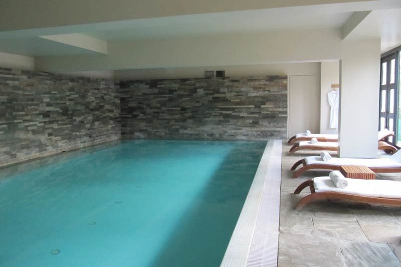 zwembad van het Uma Paro Hotel - Uma Paro Hotel - Bhutan - foto: Mieke Arendsen
