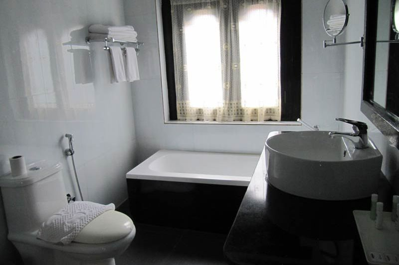 badkamer van het Tashi Namgay Resort - Tashi Namgay Resort - Bhutan - foto: Mieke Arendsen
