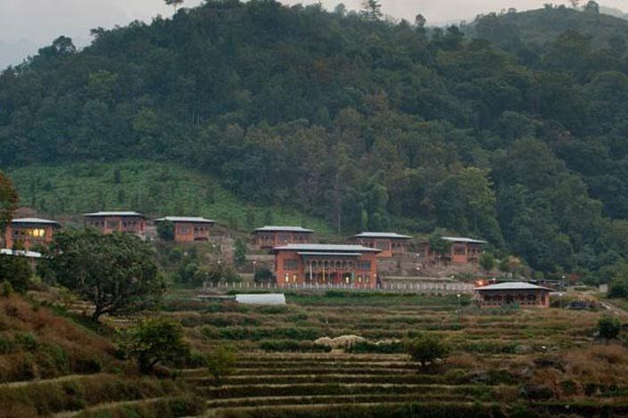 overzicht van Lingkhar Lodge in Trashigang - Lingkhar Lodge - Bhutan - foto: archief