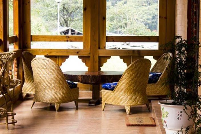 zitje bij Lingkhar Lodge in Trashigang - Lingkhar Lodge - Bhutan - foto: archief