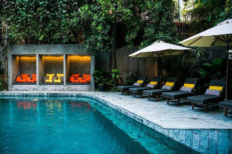 zwembad met ligbedjes en lounges - Rambutan Resort - Cambodja