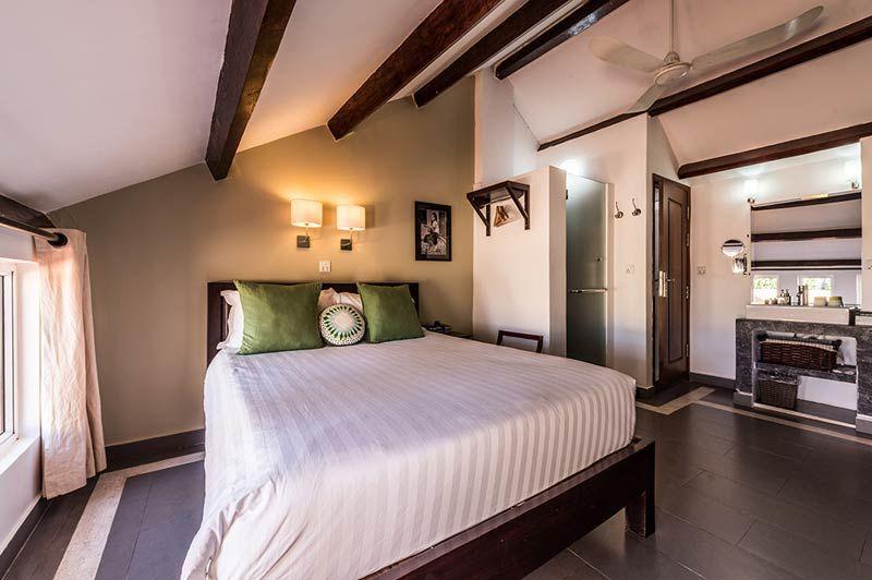 slaapkamer met aflopend plafond - The Columns Kampot - Cambodja