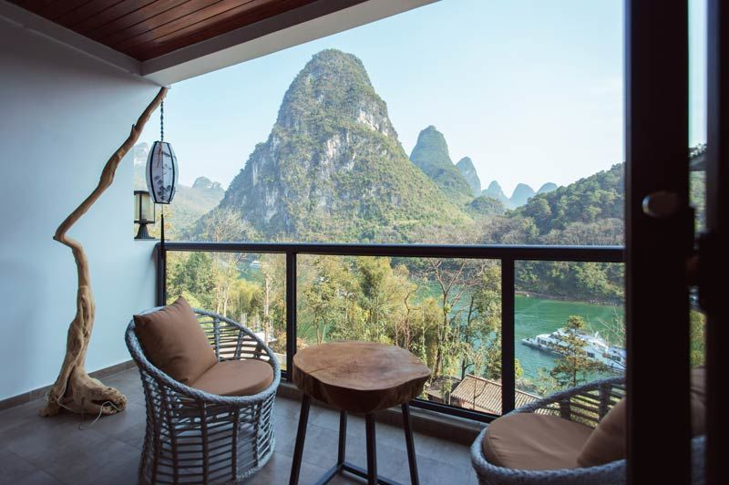 balkon van riverview room van Li River Resort in Yangshou - Li River Resort - China - foto: Li River Resort