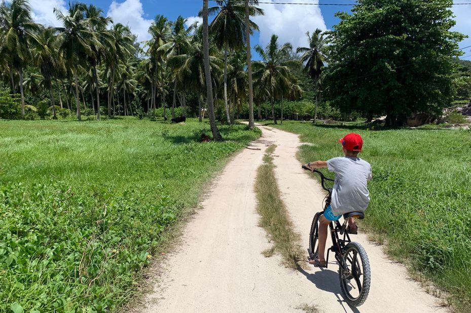 familie Visser aan het fietsen op de Seychellen