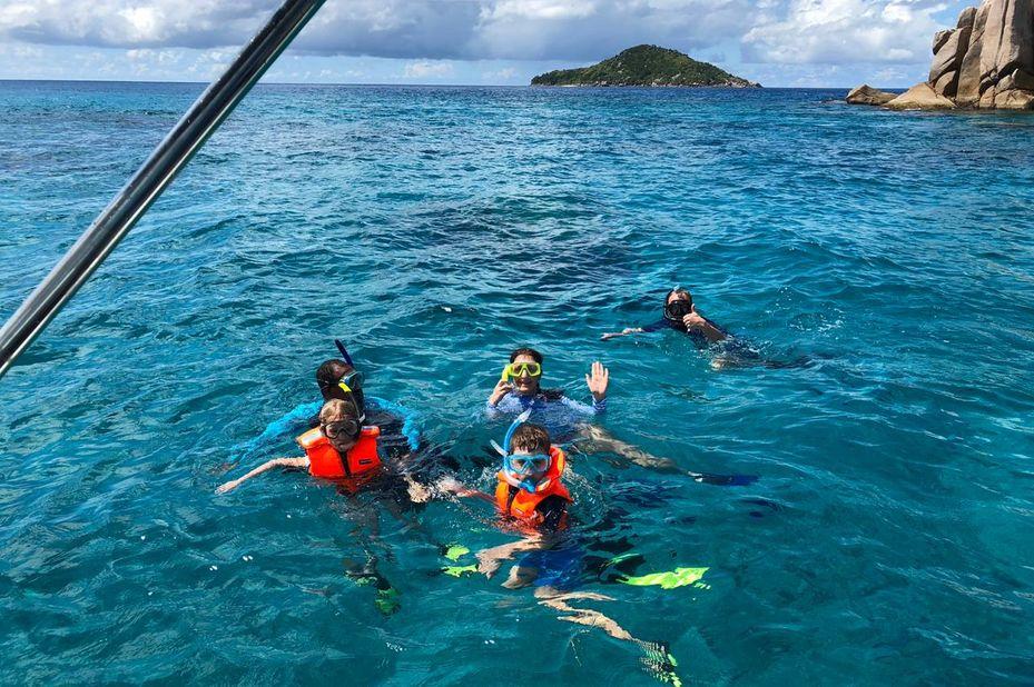 familie Visser aan het snorkelen bij de Seychellen