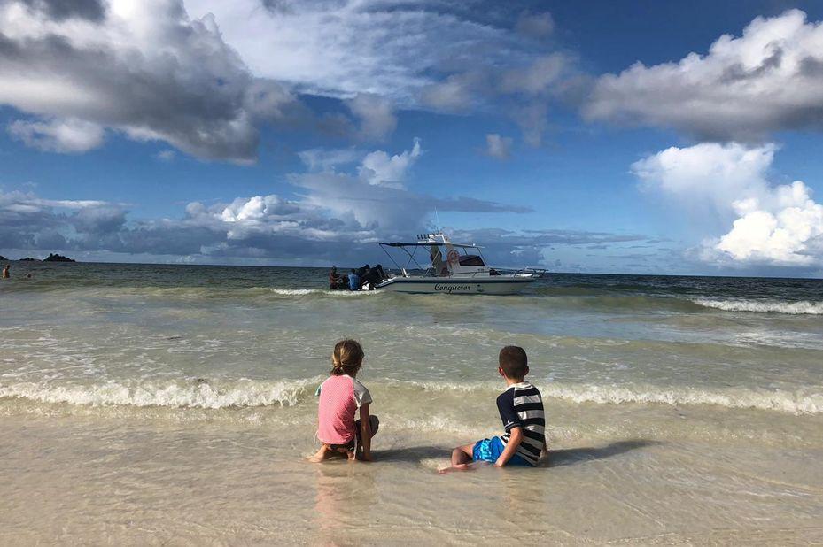 familie Visser op strand van de Seychellen