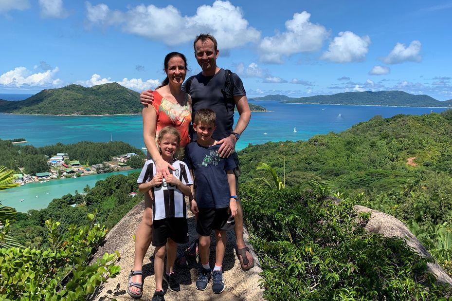 familie Visser bij uitkijkpunt op de Seychellen