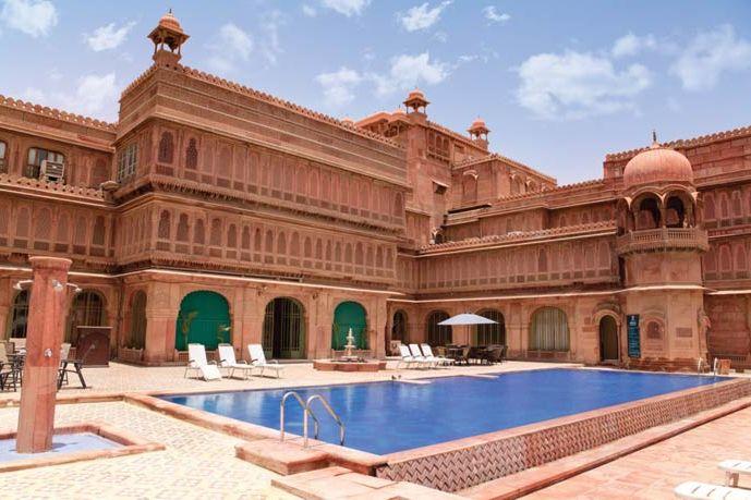 zwembad van Laxmi Niwas Paleis - The Laxmi Niwas Palace - India - foto: archief