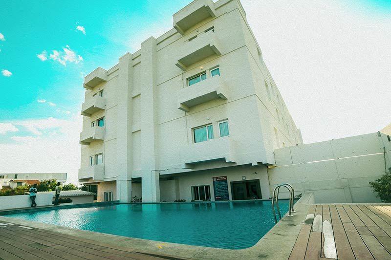 gevel en zwembad Poppys Hotel - Poppys Hotel - India - foto: archief