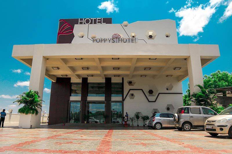 voorkant Poppys Hotel - Poppys Hotel - India - foto: archief