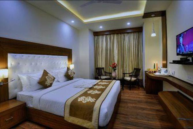 slaapkamer met tv - Hotel Seven Hills Tower - India - foto: Hotel Seven Hills Tower