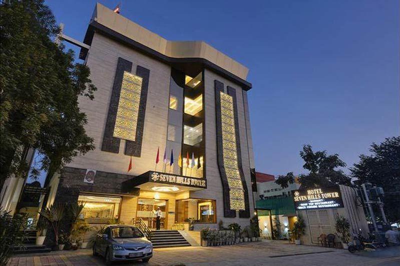 voorkant hotel in Agra - Hotel Seven Hills Tower - India - foto: Hotel Seven Hills Tower