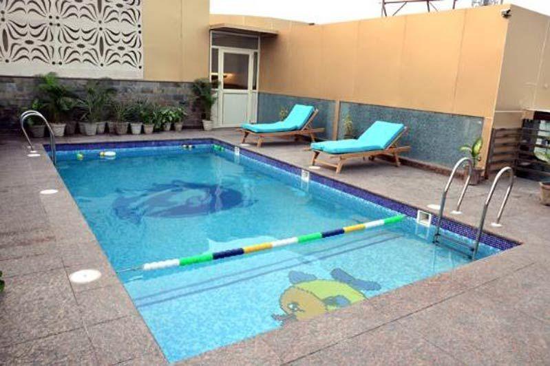 zwembadje met ligstoeltjes - Hotel Seven Hills Tower - India - foto: Hotel Seven Hills Tower