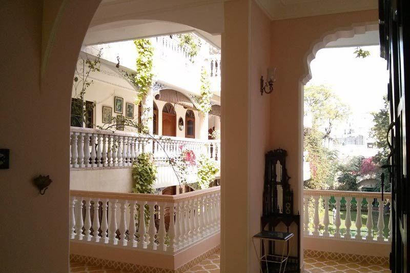 wit balkon - Jas Vilas - India - foto: Mieke Arendsen