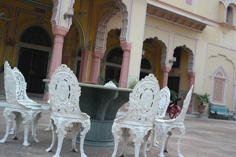 witte stoeltjes aan tafel - Narain Niwas - India - foto: Mieke Arendsen