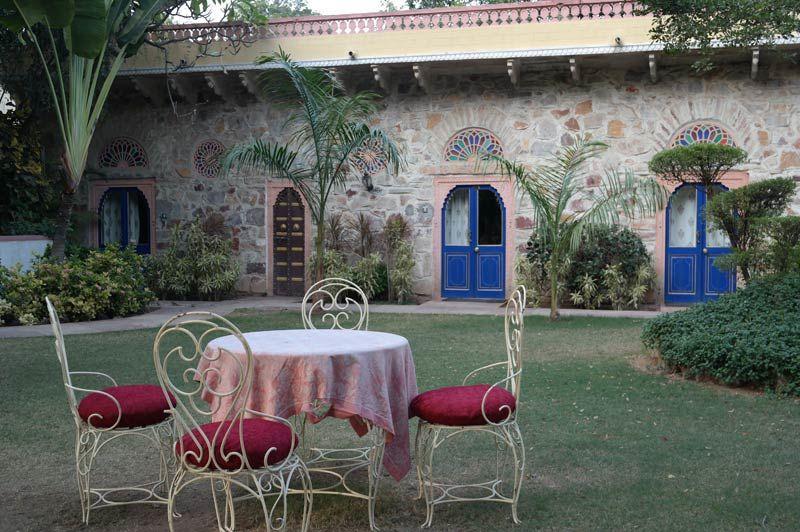 buitenzitje met blauwe deurtjes - Narain Niwas - India - foto: Mieke Arendsen