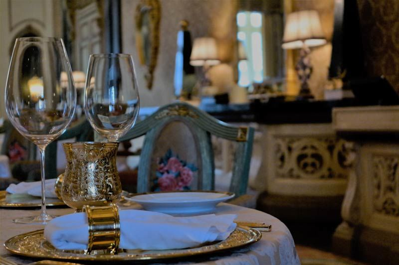 eetzaal met wijnglazen - Rambagh Palace - India - foto: Mieke Arendsen