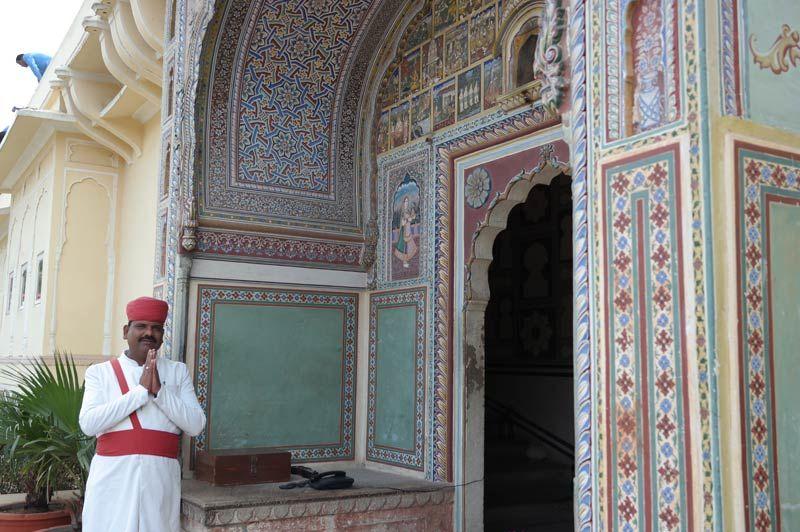meneer voor ingang - Samode Haveli - India - foto: Mieke Arendsen
