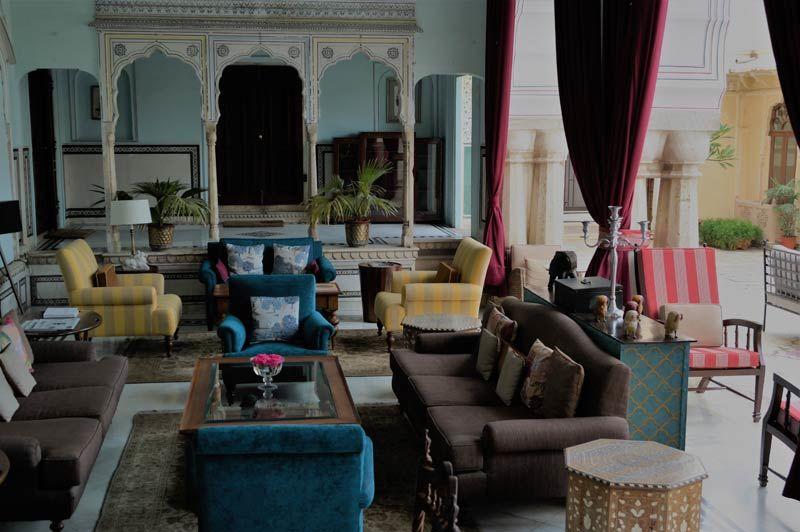 zitkamer met gekleurde stoelen - Samode Haveli - India - foto: Mieke Arendsen