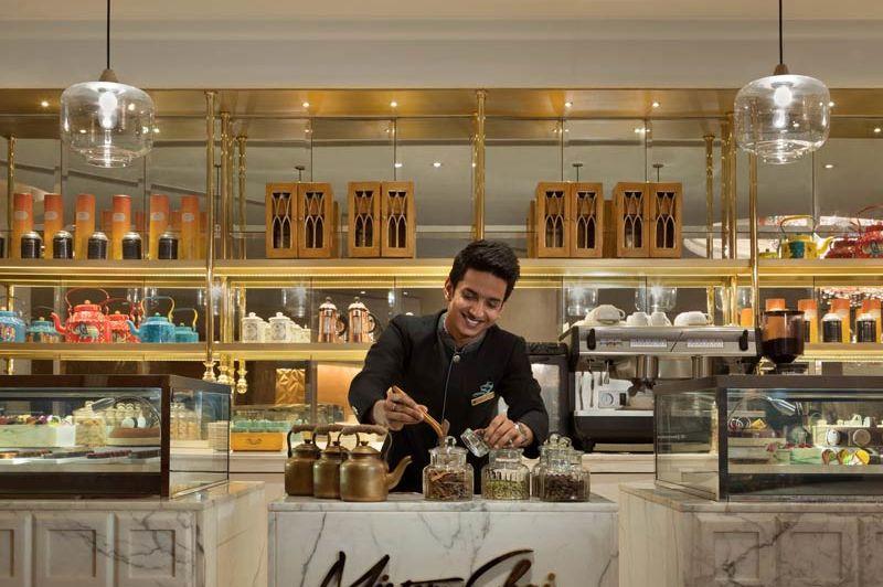 blije medewerker bij de theebar - Shangri La's Eros Hotel - India - foto: Shangri La's Eros Hote