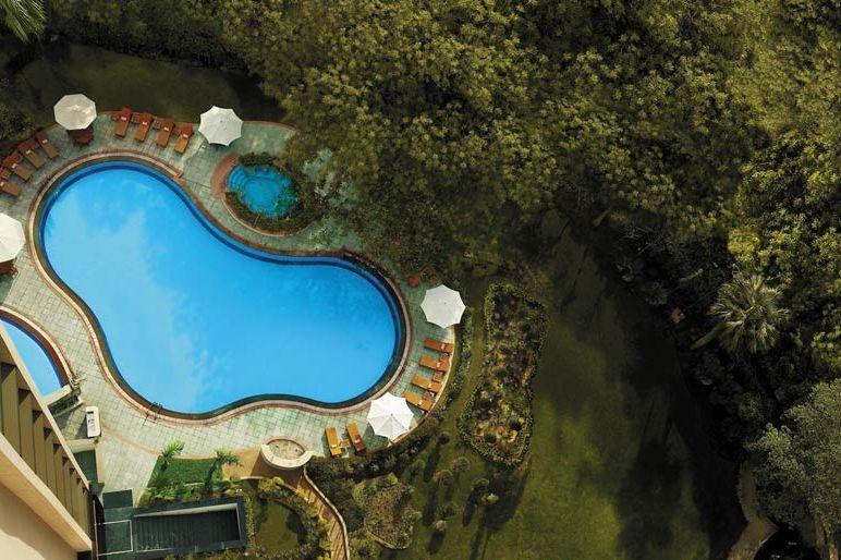 zwembadfoto vanuit de lucht - Shangri La's Eros Hotel - India - foto: lShangri La's Eros Hotel