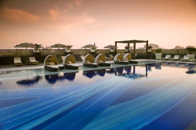 zwembad met leuke ligbedje - The LaLiT - India - foto: The LaLiT