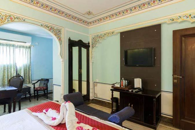 kamer met double bed en bureau - Traditional Haveli - India - foto: Traditional Haveli