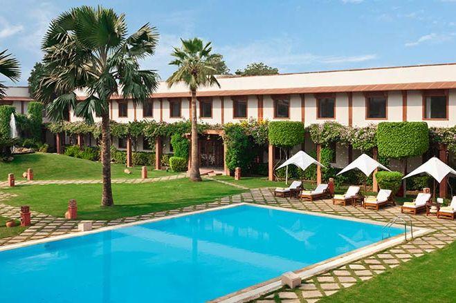 zwembad met palmbomen en ligbedjes - Trident Agra - India - foto: Trident Agra