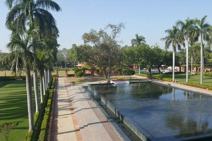buitenzicht van Jaypee Palace in Agra - Jaypee Palace - India - foto: Mieke Arendsen