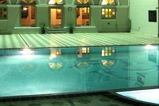 Hotel Surya Kaiser Palace zwembad - Varanasi - India - foto: hotel surya kaiser palace