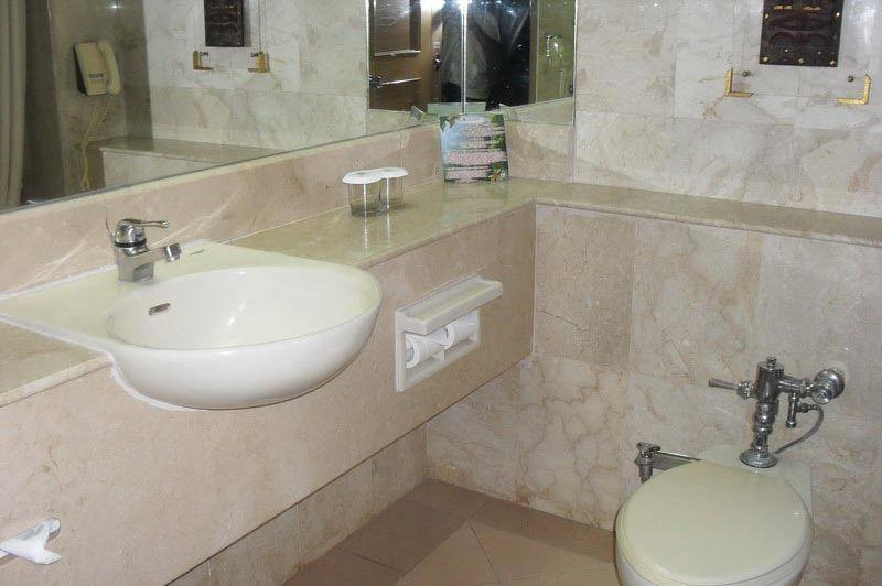 badkamer - Tiara Hotel - Medan - Indonesië