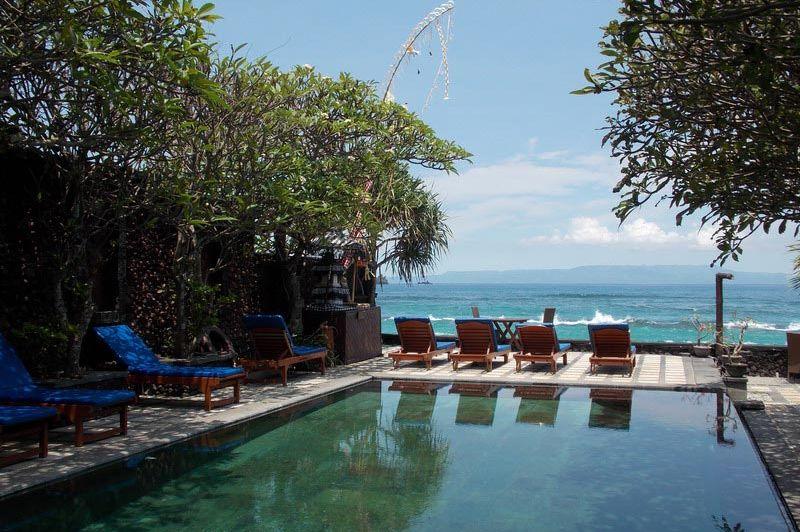 zwembad met ligbedden Alam Asmara Dive Resort Candidasa - Alam Asmara Dive Resort Candidasa - Indonesië