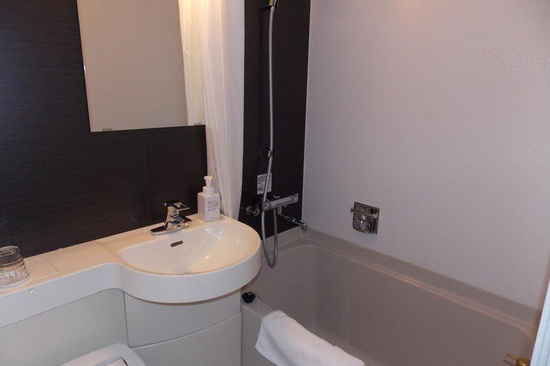 badkamer in het Ibis Styles Kyoto Station - Ibis Styles Kyoto Station - Japan - foto: Floor Ebbers