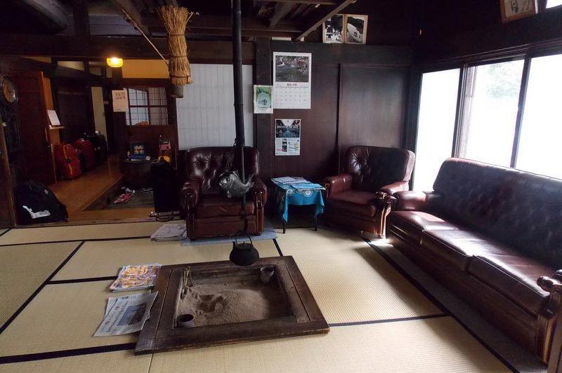 lobby in het Minshuku Sosuke Takayama - Minshuku Sosuke Takayama - Japan - foto: Floor Ebbers