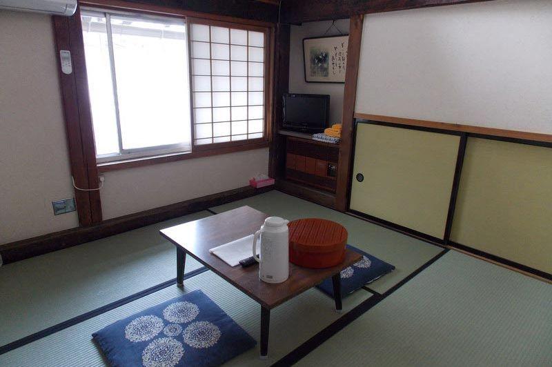 zitje in het Minshuku Sosuke Takayama - Minshuku Sosuke Takayama - Japan - foto: Floor Ebbers