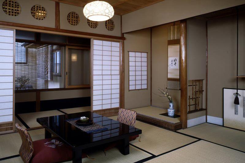 zitje in de kamer in Sumiya Ryokan Kyoto - Sumiya Ryokan Kyoto - Japan - foto: Floor Ebbers
