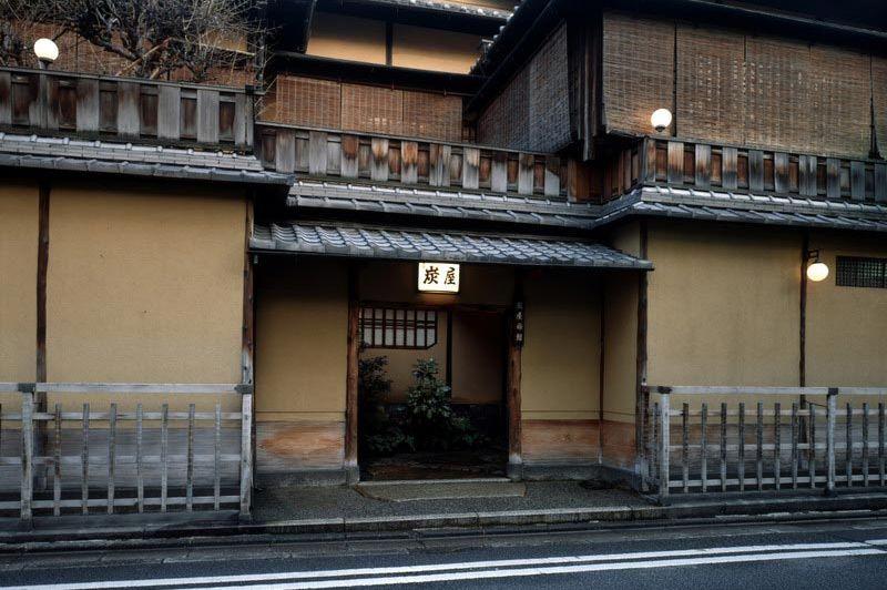 vooraanzicht van de Sumiya Ryokan in Kyoto - Sumiya Ryokan Kyoto - Japan - foto: Floor Ebbers