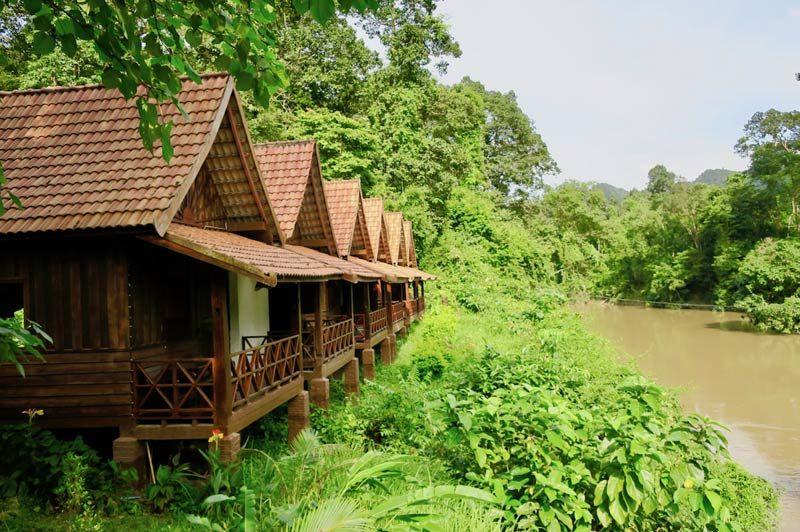 bungalows van Spring River Resort met rivieruitzicht - Spring River Resort - Laos - foto: Spring River Resort