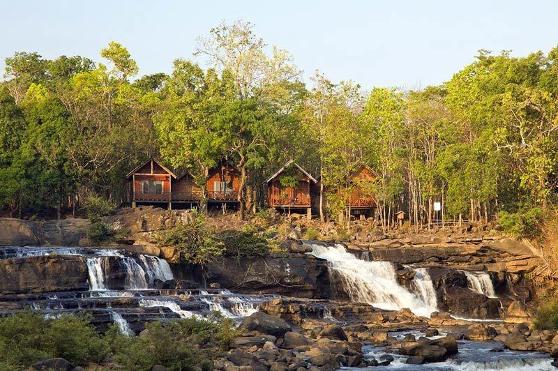 vooraanzicht van de Tad Lo Lodge in Tad Lo - Tad Lo Lodge - Laos - foto: lokale agent