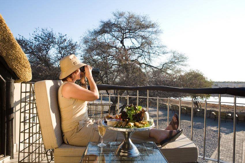 terras met uitzicht - Okaukeujo - Etosha NP - Namibië