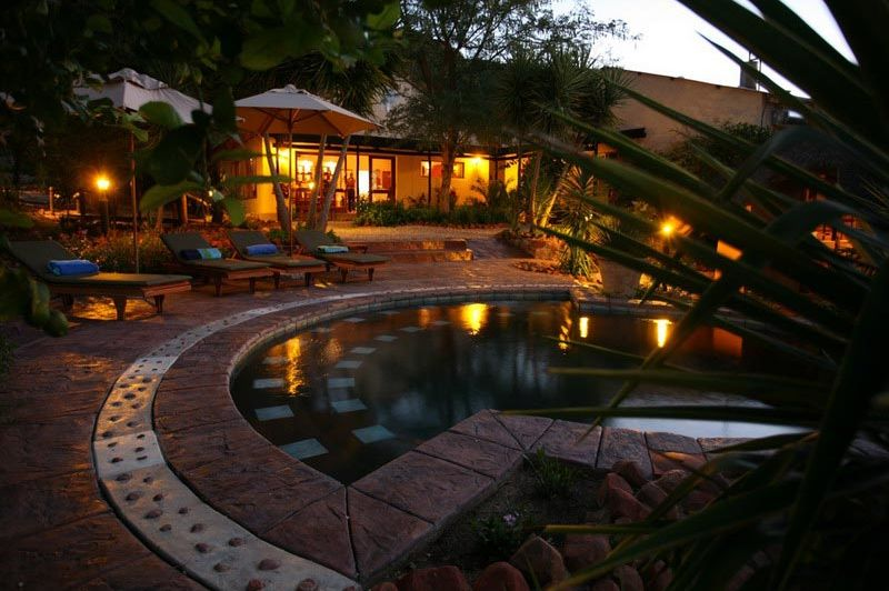 zwembad + restaurant 's avonds - Waterberg Guest Farm - Waterberg - Namibië